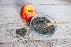 Chia-Samen in der Schüssel mit, in der Apfel- und Herzdekoration Stockbilder