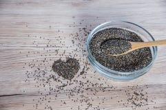 Chia-Samen in der Schüssel mit Herzdekoration Lizenzfreie Stockbilder