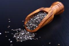 Chia-Samen in hölzernen Schaufeln, eins der superfoods Lizenzfreie Stockbilder