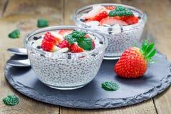 Chia-Samenpudding mit Erdbeer-, Mandel- und Schokoladenplätzchen zerkrümelt stockfoto