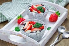 Chia-Samenpudding mit Erdbeer-, Mandel- und Schokoladenplätzchen zerkrümelt stockbilder