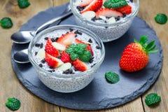 Chia-Samenpudding mit Erdbeer-, Mandel- und Schokoladenplätzchen zerkrümelt lizenzfreie stockbilder