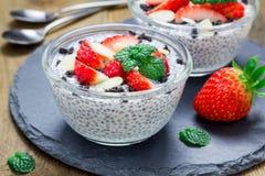 Chia-Samenpudding mit Erdbeeren, Mandel, Schokoladenplätzchen zerkrümelt lizenzfreies stockfoto