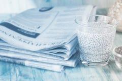 Chia Seed und Nachrichtenpapier stockbilder