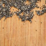 Chia Seeds na placa de corte de madeira da grão, no formato quadrado para meios sociais, nas bandeiras e no fundo Fotos de Stock