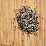 Chia Seeds på den wood kornskärbrädan, det fyrkantiga formatet för socialt massmedia, baner och bakgrunder Fotografering för Bildbyråer