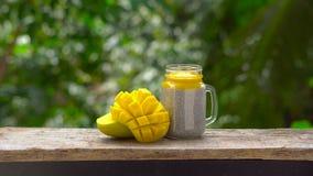 Chia sia pudding z migdał dojną i świeżą mangową polewą na drewnianym stole zbiory