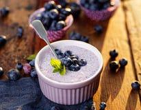 Chia sia pudding z organicznie czarnymi jagodami w nieociosanym pucharze na drewnianym stole zdjęcia royalty free