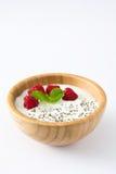 Chia yoghurt med hallon i en träbunke royaltyfria bilder