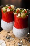 Chia ziarna i truskawkowy mousse w win szkłach Zdjęcia Royalty Free
