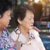 Chiacchierata anziana asiatica delle donne fotografia stock