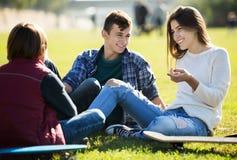 Chiacchierata di Teenagees all'aperto Immagini Stock Libere da Diritti