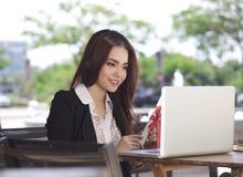 Chiacchierata e sorriso felici della donna di affari con il grado di graduazione immagini stock libere da diritti