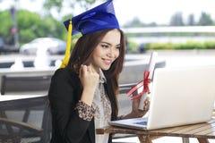 Chiacchierata e sorriso felici della donna di affari con il grado di graduazione fotografia stock libera da diritti