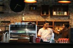 Chiacchierata nella cucina del caffè Immagini Stock Libere da Diritti
