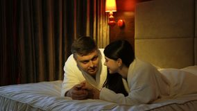 Chiacchierata romantica della camera da letto delle coppie di svago della famiglia stock footage