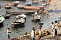 Chiacchierata Varanasi, India di cremazione Fotografia Stock Libera da Diritti