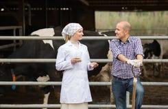 Chiacchierata veterinaria allegra con l'agricoltore Fotografia Stock Libera da Diritti