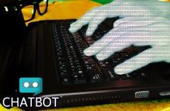 Chiacchieri il concetto del bot, mano del codice binario che scrive sul computer portatile per chatt Fotografia Stock