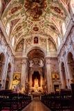 Chiado Lissabon Portugal - 3 Maj 2018 - inre perspektiv av kyrkan av v arkivbilder