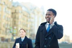 Chiamata africana allegra di Making Phone dell'uomo d'affari fotografie stock