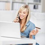 Chiamata della donna con la carta di credito Immagine Stock Libera da Diritti