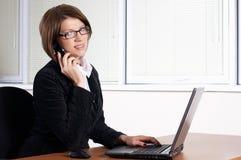Chiamata della giovane donna con un telefono fotografia stock