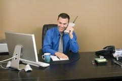 Chiamata di affari con un sorriso Fotografie Stock Libere da Diritti