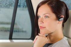 Chiamata di lusso dell'automobile della donna di affari esecutiva hands-free Fotografie Stock Libere da Diritti