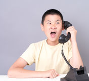 Chiamata di telefono arrabbiata dell'adolescente Fotografia Stock