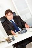 Chiamata di telefono attendente Displeased dell'uomo d'affari fotografia stock