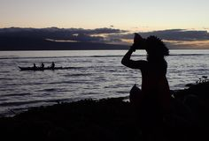 Chiamata indigena della tromba hawaiana polinesiana della cultura come pagaie della canoa fotografie stock libere da diritti