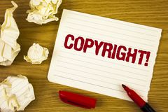 Chiamata motivazionale di Copyright del testo di scrittura di parola Concetto di affari per dire no a pirateria della proprietà i fotografie stock