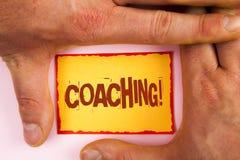 Chiamata motivazionale di preparazione del testo di scrittura di parola Il concetto di affari per addestramento duro comincia a m fotografia stock