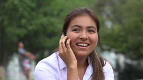 Chiamata teenager femminile ispana felice del cellulare archivi video
