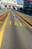 Chiamata un taxi e del dettaglio dello scritto di Vicolo speciale per i taxi fotografia stock