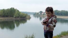 Chiamate del bambino sul cellulare in natura video d archivio