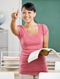 Chiamate dell'insegnante sull'allievo in aula Immagini Stock Libere da Diritti