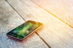 Chiamate di Smartphone sulla tavola fotografia stock
