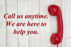 Chiamici in qualsiasi momento siamo qui al testo di aiuto con il retro microtelefono rosso del telefono royalty illustrazione gratis