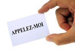 Chiamimi scritto in francese su una carta fotografia stock