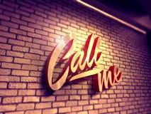 Chiamimi scrittura sul muro di mattoni Immagine Stock