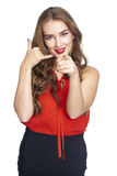 Chiamimi una giovane donna graziosa che indica il suo dito voi Immagine Stock Libera da Diritti