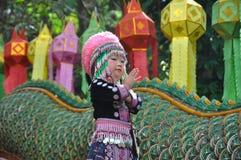 CHIAN MAI, THAILAND NOVEMBER 2013, KULLESTAMFLICKA I TRADITION arkivfoton