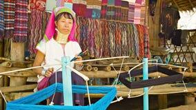 CHIAND RAI, TAILANDIA - 4 DE DICIEMBRE DE 2013: La mujer de mediana edad de Kayan Lahwi (Kayan de cuello largo) con el cuello suen almacen de video