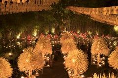 CHIANG την 1η Μαρτίου της ΤΑΪΛΆΝΔΗΣ MAI †«: Ημέρα Bucha Makha Παραδοσιακοί βουδιστικοί μοναχοί και τα κεριά φωτισμού για τις θρ Στοκ Εικόνες