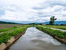 ` Chiang Dao-` Berg u. Zuleitungsansicht ist Berg bei Chiang Mai, Thailand lizenzfreies stockbild