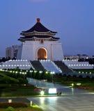 Chiang Kai-shek minnes- korridor i taiwan på natten Arkivbild