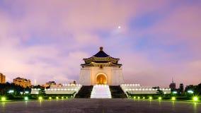 Chiang Kai Shek minnes- korridor under skymningtid i Taipei, Taiwan Royaltyfri Bild