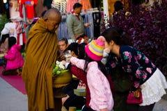 CHIANG KHAN TAJLANDIA, Jan, - 1, 2015: Turysta ofiary karmowe michaelita Fotografia Stock